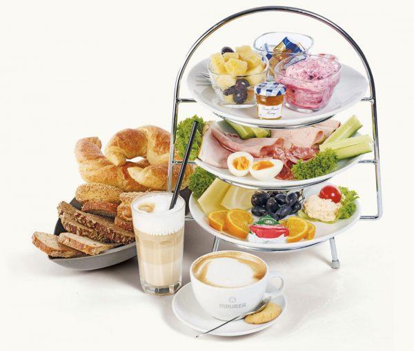 Maurers Etageren Frühstück mit Kaffee und Brotkorb