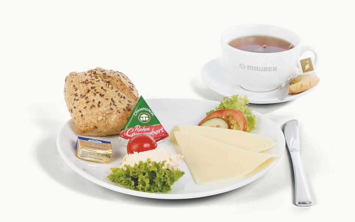 Käse Frühstück mit Kaffe und Brötchen