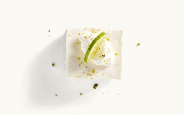 Stück Joghurt-Sahneschnitte mit Limette