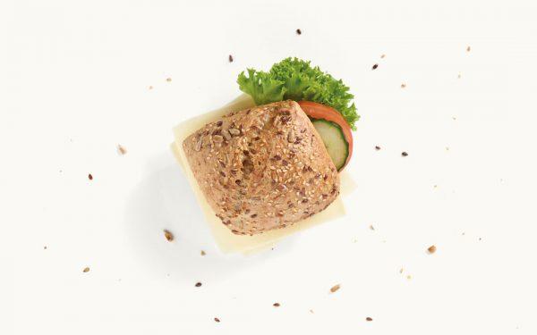 Kleines belegtes Brötchen mit Edamer, Salat und Gurke