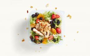 Salat mit Früchten und Hähnchenstreifen
